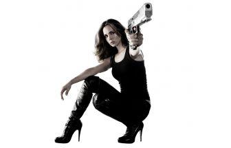 Девушка, аэрозольный пистолет, выстрел